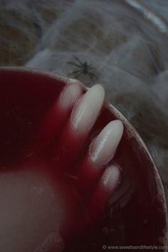 Blutrote Halloween Bowle mit Eishand für die Halloweenparty von Sweets and Lifestyle