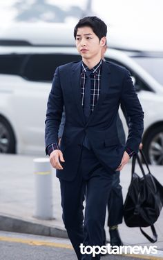 On April Song Joong Ki arrived at Incheon Airport, stylish in Dior Homme. The clothes are fitting since he was bound for Hong Kong to attend Dior Homme's Winter live show… Descendants, Decendants Of The Sun, Song Joon Ki, Songsong Couple, Handsome Korean Actors, Hallyu Star, Joong Ki, First Tv, Actor Photo