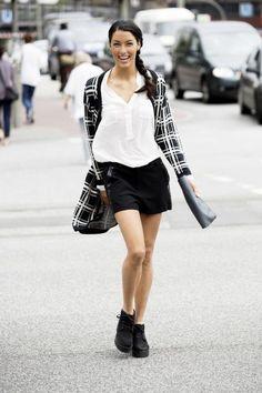 In diesen Klamotten turnt jeder fröhlich durch die Straßen. So auch Rebecca Mir.