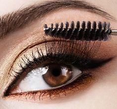 Naszym sposobem na piekne, tajemnicze spojrzenie jest czarna kreska linerem na górnej powiece. A Wy, jakie triki wykorzystujecie w makijażu?