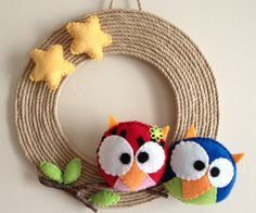 felt owls, stars and leaves on a rope wreath Crochet Wreath, Felt Wreath, Felt Owls, Felt Birds, Needle Felted Animals, Needle Felting, Owl Crafts, Diy And Crafts, Sewing Crafts