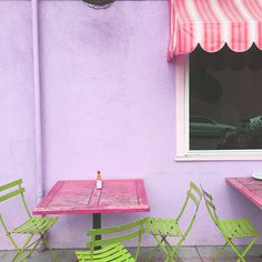 Any bebs out there have a hidden gem like this one? We love a lunch spot with lots of color to brighten up our day! Anyone else love the pop of green chairs?!