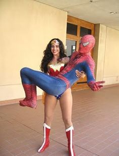 a super women lifting superhero spider man Male Cosplay, Cosplay Girls, Cool Costumes, Cosplay Costumes, Cosplay Ideas, Emilia Jones, Women Lifting, Comic Conventions, Wonder Woman Cosplay