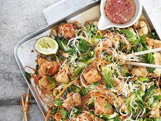 Ljummen nudelsallad med friterad kyckling | Recept från Köket.se Spicy Thai, Bastilla, Sugar And Spice, Wok, Fried Chicken, Japchae, Pasta Salad, Spices, Veggies