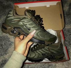 Keys To Finding The Best Sneakers For Women. Are you shopping for the best sneakers for women? Cute Sneakers, Best Sneakers, Cute Shoes, Me Too Shoes, Shoes Sneakers, Shoes Heels, Green Sneakers, Leather Sneakers, Adidas Sl 72