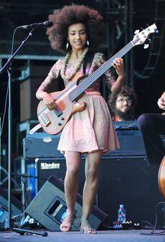 Esperanza Spalding playing the electric bass Divas, Black Is Beautiful, Beautiful People, Beautiful Women, Motif Music, Esperanza Spalding, Women Of Rock, Pelo Natural, Guitar Girl