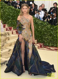 See the best red carpet looks celebrities wore to the Met Gala which this year focused on the Catholic Church—and Rihanna. Gala Gowns, Gala Dresses, Met Gala Outfits, Versace Gown, Met Gala Red Carpet, Galo, Costume Institute, Fashion Mode, Fashion Outfits