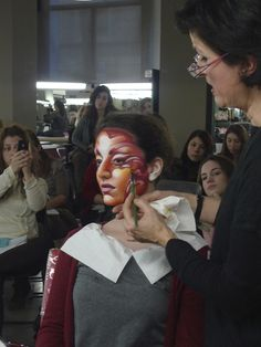 Demostración de Corinne Perez, directora de Stick Art Studio, escuela de maquillaje artístico en Barcelona. Stick Art, Studio, Ruffle Blouse, Make Up, Blog, Body Paint, Creative, Face, Exotic