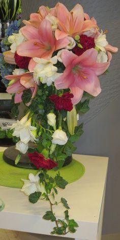 Liljoja, ruusua, freesiaa...