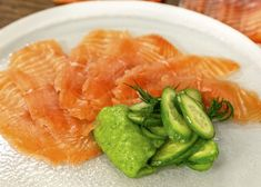 This gin cured salmon is great to serve at parties. The fantastic side of cucumber ketchup is refreshing and includes caster sugar, rice wine and salt. Salmon Recipes, Fish Recipes, Healthy Recipes, A Food, Good Food, Yummy Food, Dinner Party Starters, James Martin