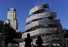 Para Argentina, sede da capital mundial do livro, em 2011, um presente: a construção de uma Torre de Babel. A estrutura de 25 metros de altura foi idealizada por uma das maiores artistas do país, Marta Minujin.