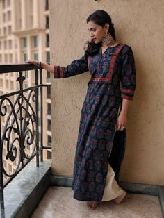 Pair it with narrow bottoms and there's your perfect work wear look. Kurta Designs, Blouse Designs, Dress Designs, Indian Attire, Indian Wear, Desi Wedding Dresses, Indian Designer Suits, Desi Wear, Dress Tutorials