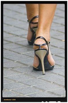 El uso prolongado de tacones puede provocar artrosis y artritis en las rodillas, tendiditis o lesiones en los tobillos. http://www.farmaciafrancesa.com/main.asp?Familia=189=267=familia=1=223