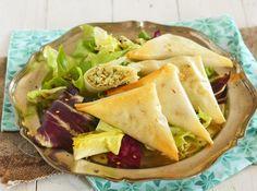 Des samossas vegan avec des épinards et des pignons pour un apéro à partager, une entrée gourmande ou un plat complet accompagné d'une salade.