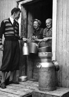 Nr. 23. Mjølkehandel i fjøsdøra på Sando, ca 1950. Guri Kvelprud (f. Sando) og Guri Sando (f. Sataslåtten). Karen er ukjent. Utlånt av Olav Kolbjørn Sando Black White Photos, Black And White, Old Photos, Norway, Old Things, Milk, Collection, Summer, Old Pictures
