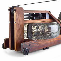 """Ruderergometer Holz """"Waterrower"""": Hochwertiges Rudergerät, das den für die Effektivität des Trainings nötigen Widerstand mit Wasser erzeugt."""