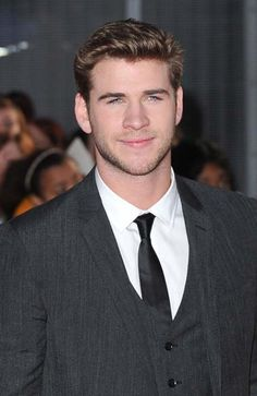 Liam Hemsworth signed by Bench clothing | Promi Nachrichten