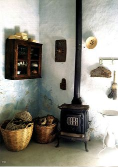 Baskets, rustic walls, little wood stove x C Vintage Stoves, Antique Stove, Stove Fireplace, Wood Burner, Wooden House, Beautiful Space, Interior And Exterior, Living Spaces, Living Rooms
