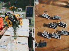 De naambordjes voor de tafelschikking! // Foto: Martijn Roos Fotografie // Girls of honour