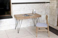 Die feinen Metallfüße des Schreibtisch Zürich weisen einen hervorragenden Kontrast zu dem hellen patinierten Holz auf. Zwei große Laden bieten jede Menge Platz für alle möglichen Objekte, die normalerweise auf einem Schreibtisch herumliegen.
