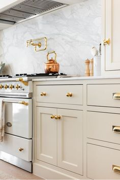 Family Kitchen, Home Decor Kitchen, New Kitchen, Home Kitchens, Kitchen Redo, Kitchen Dining, Kitchen Remodel, Cream Kitchen Cabinets, Tuscan Kitchens