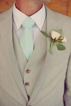Elegantes y perfectos #trajes de #novio café claro con detalles en verde menta y boutoniere en color durazno para una ceremonia en la mañana o en jardín.