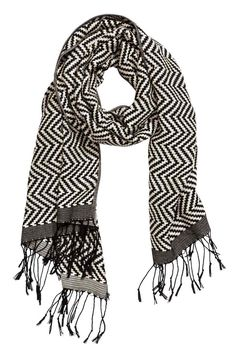 Szalik z żakardowej tkaniny: Żakardowy szalik z mieszanki zawierającej bawełnę. Frędzle na końcach. Wymiary 65x170 cm.