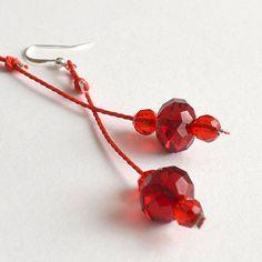 Boucles doreilles longues en cristal faceté rouge / par C'est Lundi !