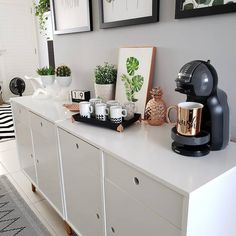 A clean kitchen is important to the safety of your whole house Check out our guide for 15 most brilliant kitchen cleaning hacks of all time. Inspirada no cantinho do eu mesma fiz minha bandeijinha passe para o lado para você ver que ficou. Coffee Bar Party, Coffee Bar Home, Coffee Corner, Home Room Design, Home Office Design, Kitchen Design, Diy Home Decor Projects, Home Decor Trends, Tea Station