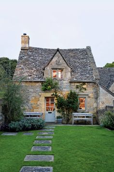 Needing a weekend escape from their busy lives and stressful careers in London, designer Caroline Holdaway and her photographer partner, Fatimah Namdar, relish the peace and quiet of their eighteenth-century cottage in the Cotswolds French Cottage Garden, Cottage Style, Cottages Anglais, English Country Cottages, English Cottage Exterior, Design Jardin, Fresh Farmhouse, Farmhouse Plans, Cottage Homes
