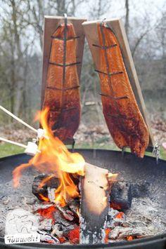 Loimulohi bzw. Flammlachs ist eine der leckersten Delikatessen aus Finnland und dabei gar nicht schwer selbst zu machen. Man braucht Zeit und ein Feuer.