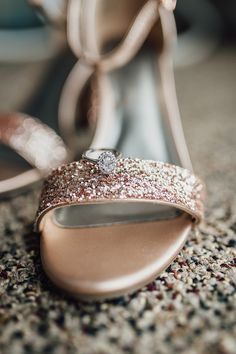 @larissasydekumphotography // getting ready // Brautvorbereitung // Brautschmuck // Hochzeit // Larissa Sydekum Photography // American wedding // Rosegold wedding theme Gold Wedding, Wedding Shoes, Wedding Photography, Rose Gold, Passion, Weddings, Detail, American, Bridesmaids
