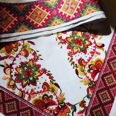 Skjorte smøyg Plattsøm korssting beltestakk Folk Costume, Costumes, Vera Bradley Backpack, Cute Designs, Scandinavian, Sewing, Bags, Clothes, Style