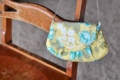 Free Pattern And Tutorial! Such a cute purse and being the geek I am, I would love to make it with a geeky material in addition to something pretty like this!