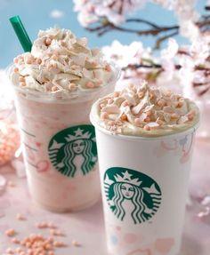 Starbucks Sakura Blossom Beverages Are As Gorgeous As Cherry Blossoms in Spring - Essen - Kaffee Starbucks Frappuccino, Bebidas Do Starbucks, Starbucks Secret Menu Drinks, Starbucks Recipes, Starbucks Coffee, Frappuccino Flavors, Milk Shakes, Rainbow Drinks, Comida Disney
