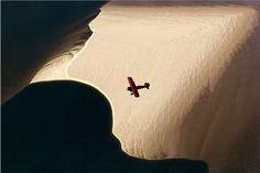 Essa foto é de 2002 e está exposta na galeria Fotospot durante a SP-Arte foto de 2015, até dia 23 de agosto. Correio Aéreo 3, Lalo de Almeida.