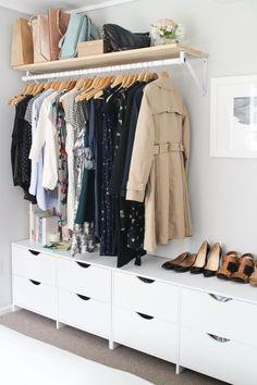 fabriquer un dressing le long du mur de la chambre à coucher composé de meubles bas de rangement et d'une barre de penderie fixée au mur à l'aide des équerres
