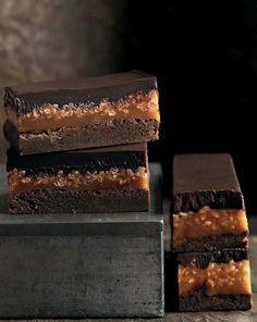 caramel crunch brownie Donna Hay Caramel/rice cereal layer can be used in Peanut Butter Stack bar recipe (sweet street usa) Just Desserts, Delicious Desserts, Dessert Recipes, Yummy Food, Donna Hay Recipes, Caramel Crunch, Caramel Bars, Brownie Recipes, Dessert Bars