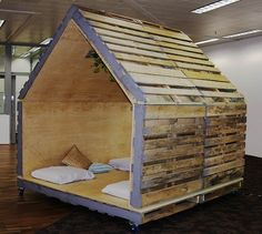 Dog Kennel - Several cool pallet ideas in the link. UP CYCLING SHIPPING CONTAINER ARCHITECTURE BIKE WORKSHOP PALLET FURNITURE COWORKING SPACE UPCYCLING Hundreds of pallet ideas at pinterest.com/...