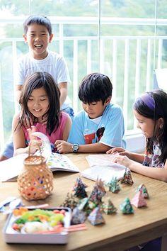 Papéis e um livro de instruções. Esse é todo o necessário para deixar as crianças entretidas por algum tempo fazendo origamis. O melhor de tudo é que elas podem levar para casa o resultado da brincadeira