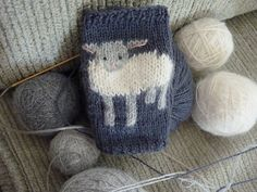 Ravelry: baby lamb cuffs pattern by tiny owl knits (fingering weight) Baby Knitting Patterns, Knitting Charts, Knitting For Kids, Knitting Stitches, Knitting Projects, Mittens Pattern, Knit Mittens, Knitted Gloves, Knitting Socks