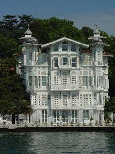 AHMET AFİF PAŞA YALISI                     Ahmet Paşa, Sarıyer'deki ilk yalıyı yıktırmış, yerine II. Abdülhamit döneminde İstanbul'a yerleşen Osmanlı Bankası mimarı Alexandre Vallaury'ye bugünkü yalıyı yaptırmıştır