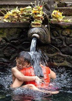Mother and child enjoy a Holy Water shower at Tirta Empul Shrine in Ubud, Bali. Bali Lombok, Java, Best Of Bali, Bali Shopping, Bali Yoga, We Are The World, Paradise Island, Bali Travel, Yoga Retreat