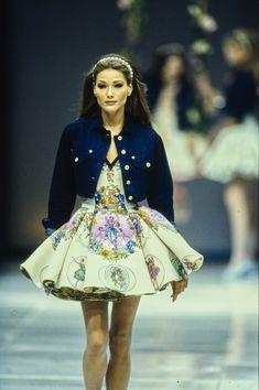 Spring 1992 Ready-to-Wear Fashion Show Carla Bruni walked for Versace Spring 1992 Ready-to-WearCarla Bruni walked for Versace Spring 1992 Ready-to-Wear 90s Fashion, Runway Fashion, Fashion Models, Fashion Brands, Versace Fashion, 90s Models, Runway Models, Vintage Fashion, Vogue Paris