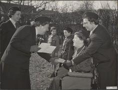 Koningin Juliana op bezoek bij de padvinders in Putten op 22 februari 1957.