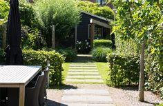 Mooi tegelpad door het gras in de tuin