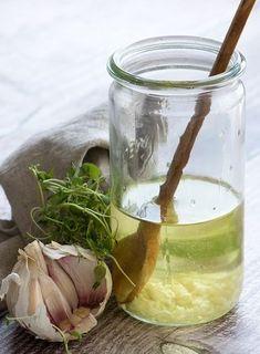 Hvidløgsolie | Valdemarsro | Bloglovin' Best Pickles, Spicy Pickles, Homemade Pickles, Pickle Pizza Recipe, Dip, Burger Toppings, Tomato And Cheese, Vinaigrette Dressing, Food Crush