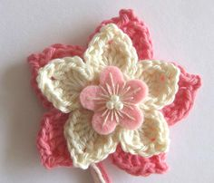 gehaakte bloem in roze en creme