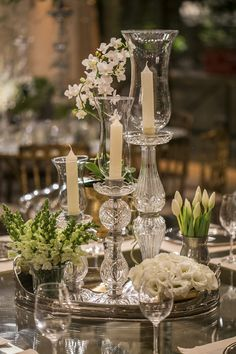 The perfect vintage touches to a wedding table Wedding Centerpieces, Wedding Table, Wedding Decorations, Deco Table, French Country Decorating, Decoration Table, Tablescapes, Floral Arrangements, Wedding Flowers