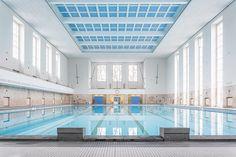 La rehabilitación de este espacio al sur de Berlín por el despacho de arquitectura Veauthier Meyer Architekten, el objetivo era diferenciar las partes conservadas y reutilizadas originales, diferenciando las posteriores actualizaciones. Le reforma se ha centrado en la envolvente exterior, así como la cubierta y el vestíbulo principal.  #interiorismo #interior #reforma #rehabilitacion #piscina #construccion